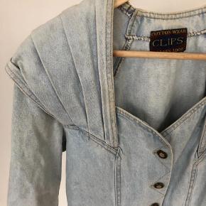Brand: Clips Varetype: Mini Farve: Denim Oprindelig købspris: 200 kr. Prisen angivet er inklusiv forsendelse.  Flot 80 demin kjole. Den har et elastikbånd i ryggen.