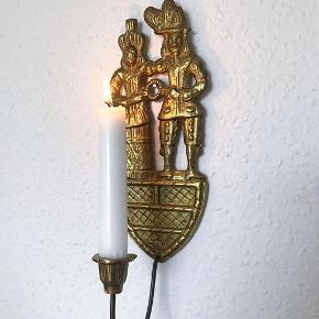 Super fed væglysestage i messing med mange år på bagen 🕯 den er super flot, med to personer på, og en holder til kronelys. Lysestagen er lidt skæv, men det er bestemt en del af charmen 👌🏼 massiv messing.   Bemærk - afhentes ved Harald Jensens plads eller sendes med dao. Bytter ikke 🌸  ⭐️ Væglysestage lysestage messing guld retro loppefund lys lyse stage stearinlys stearin