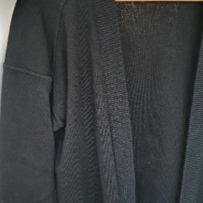 Lækker vintage oversize cardigan i sort. Der er knappehuller men ingen knapper, de kan dog syes i.