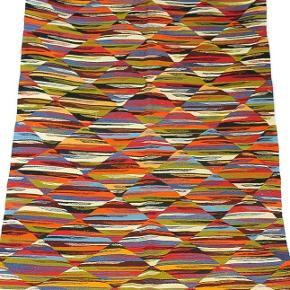 Vendbart vævet tæppe. Smukt håndværk. Aldrig brugt. Måler 200x110 cm.