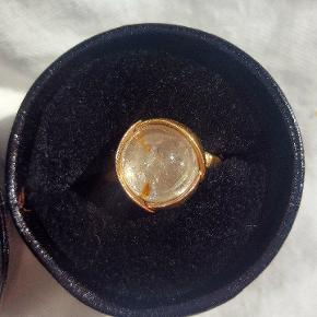 Bytter Ole Lynggaard no.2 i guld med rutilkvarts i str. 51 med en no.1 i guld med rutilkvarts, turmelin, hvid månesten eller topas i str. 55/56 (den økonomiske diff. kan udlignes med andre Ole Lynggaard smykker i guld eller kontanter). Mødes gerne og sender gerne forsikret.