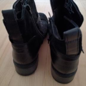 Clarks pæn og komfortabel støvle, brugt få gange
