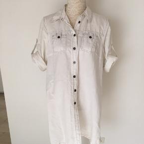 Skjorte kjole tunik med tryk på ryggen og metal knapper.  35% bomuld og 65% hør. Ingen pletter men pga. materialet kan man fornemme at den er vasket. Længde 85. Bryst 55x2.   Kig forbi mine annoncer 😊 Altid mængderabat