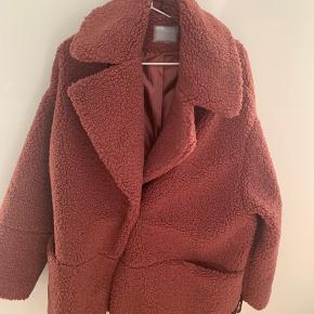 Smuk bamse jakke fra asos curve str 44   Brugt 2 gange   Mp 150