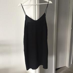 Arket sort silkekjole, næsten som ny, udsolgt på hjemmesiden i str. medium. Kan bruges som natkjole eller festkjole, meget smuk. Ikke vasket, kun luftet. Nyprisen var 600.