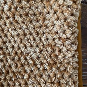 Super fedt tæppe 2 pudebetræk  Aldrig brugt kun prøvet i min sofa.  Købt i H ogM Tæppe ny pris 350kr pudebetræk ny pris 129kr pr stk. sælger det hele for 350kr