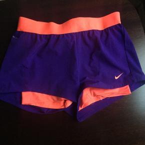 Sælger disse løbeshorts fra Nike.  Obs. Syningen er gået op (billede 2) - kan dog nemt syes sammen. 🌸