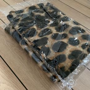 Leopard tørklæde halstørklæde Farve: Leopard sand brun og sort Størrelse: One size (ca 92 x 202 cm ) Købspris 400,-   Smukt blødt og varmt leopard tørklæde halstørklæde i imiteret cashmere med leopard mønster og striber i sort Super flot leopard tørklæde i faux cashmere med leopard mønster og sorte striber Farve: Leopard sand brun og sort Købspris: 400 kr.  Super flot lækkert og varmt tørklæde halstørklæde med leopard mønster og sorte striber i siderne❤️❤️❤️ Det er dejlig blødt, lunt og super blødt og behageligt at have på.  Materiale: imiteret cashmere/akryl Mål: ca 92 x 202 cm