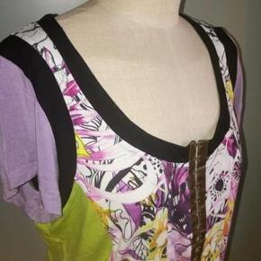 Eva & Claudi bluse Str: L/ XL Skøn sommer bluse i klare farver og med lynlås foran Mål:  Skulder: 42 cm Bryst: 54 cm - gange to Længde: 60 cm Materiale: 93 % Viscose 07 % Elastane