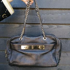 Klassisk Mulberry taske.  Den er aldrig blevet solgt i DK og er købt i Paris.  Den har lidt slid i bunden. Snorene på kæderne er gået lidt op, dette kan dog fikses i Mulburry  *NEDSAT TIL 2500*