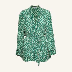Sælger denne populære Ganni Dalton Crepe kimono (verdant green) i str 36. Ny pris var 1200,-. Aftageligt bælte og i 100% viskose. Sælges da jeg ikke bruger den. Har kun haft den på én enkel gang og den er som ny. Perfekt til sommeren 🌞. #trendsalesfund