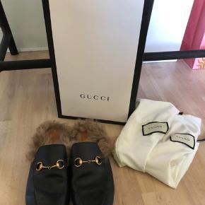 Sælger disse fede Gucci sko, da jeg simpelthen ikke får dem brugt nok! Der medfølger æske, pose og bon.  Skoene i købt i Rom 2017!:-) Der er brugstegn på undersiden af skoen, men det kom der efter første gang, så det kan ikke undgåes! Oversiden er næsten som ny🤗 Alle billeder er mine egne!