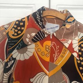 Smuk vintage kjole med lynlås foran og lommer. Stor krave og flot mønster. Vil mene den passer en 38, ikke større. Kunststof, men ikke på den trælse måde. Pris 315 inkl via Ts. Eller 295 via mobilepay