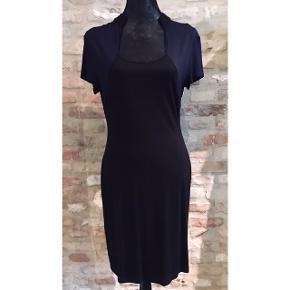 Super fin tætsiddende kjole fra Zalando i str. M I sort og mørkeblå jersey, med skjortekrave.  Længde: 100cm Brystomkreds: 94cm  Sender til GLS eller DAO shop for 35kr.  Prisen er fast, men fri porto ved køb over 300kr, så tjek endelig mine mange andre annoncer...
