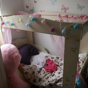 Fantastisk seng til prinsessen. Utrolig god stand. Kommer med madrasse, rullemadras og gardinerne til. Den er delvist skilt ad så den er nem at samle igen. Afhentes på Amager. FAST PRIS. har li sat den med fra 1100,da vi allerede har fået hendes nye seng og skal af med denne ☺️