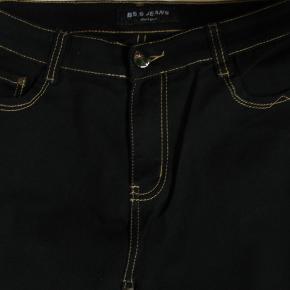 *Send mig en besked, hvis du ønsker at købe flere varer, så samler jeg dem under én handel, så du sparer porto*.  Mærket er BB.S. Jeans. Sorte jeans.  Livividde ca. 84,5-93 Skridtlængde foran ca. 26,5 Skridtlængde bagpå ca. 36,5 Indvendig benlængde ca. 71  70% bomuld, 25% polyester og 5% elasthan.  Jeg tager desværre ikke billeder med tøjet på