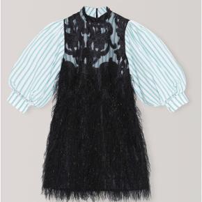 Sælger denne smukke ganni feathery cotton kjole 💗  Brugt 2 gange 💗   Str. 36 (true to size)