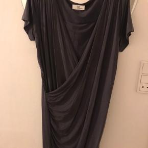 Smuk kjole i lækkert blødt stof. Kjolen er draperet og sidder super flot. Har lynlås ved begge skuldre