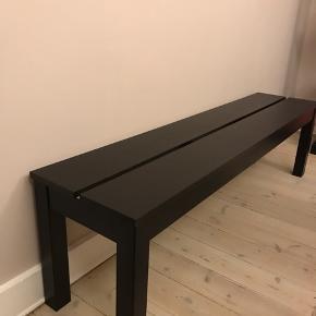 Udgået Bjursta bænk fra IKEA i sort. 150 cm lang. Har lette brugsspor, men fremstår som ret fin. Kan afhentes på Østerbro.