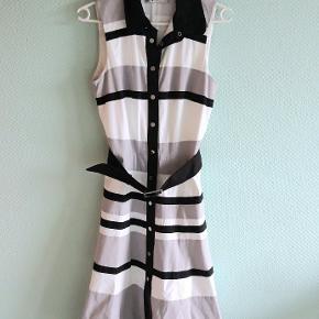 Smuk kjole med sort bælte - UK størrelse 10 på mærket, men den faktiske produktstørrelse er mellem 8 og 10.