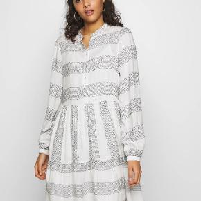 Sælger denne fine kjole i modellen Yaslamali med tilhørende underkjole fra Y.A.S i str s. Kjolen er brugt to gange og sælges grundet fejlkøb.   Kan afhentes i Fløng eller mødes ved Flintholm st.