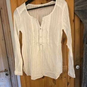 Sælger denne fine skjorte, som aldrig har været brugt. Skjorten er i en str. 36. BYD endelig! Skjorten kan sendes, men på købers regning.
