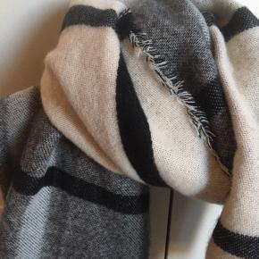 Stort blødt vinterhalstørklæde i grå, hvid og sort.