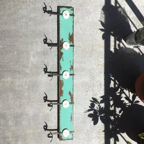 retro knagerække i god stand afhentes i jersie strand eller tages ind til byen efter aftale 91,5 x 10,2 x 1,5   søgeord: retro vintage rustik opbevaring knagerække