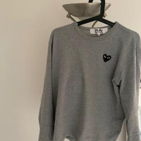 Sælger denne langærmet CDG trøje, den er gået med men stadig i god stand. Den er en str. L men fitter alt i mellem 170-180.  Hvis i har spørgsmålet eller ville købe så skriv en besked til 28894316.