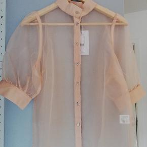 En fin bluse i farven 'nude'. Gennemsigtig. Kommer fra røg-og kæledyrfrit hjem. Bytter ikke.