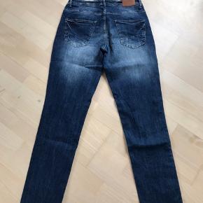 Lækre jeans fra Cecil. Brugt et par gange. Normal talje Masser af stretch og super flot vask :-) Str. 28. (Lidt stor i størrelse tror jeg. Jeg er normalt en 30 og kan passe denne)