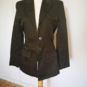 Brugt og vasket en gang. Vintage 90er jakke fra H&M, med håndklavet mønster på ryggen og orange stikninger, som er blevet påsyet af en skrædder og er hendes eget design. Ses på en str. 36.