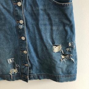 Demin nederdel med slid-detaljer   Mærke: one love  Str: S, men passer nærmere en L/M  Farve: denimblå