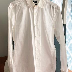 Slim fit herreskjorte fra Hugo Boss str. 40. Brugt 2 gange. Fremstår som ny.   Nypris var 5-600 kr.   Hentes på Islands Brygge