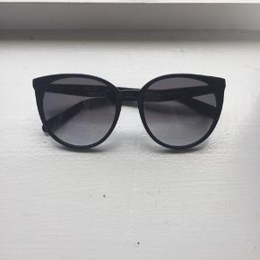 Céline solbriller. Brugt få gange.  Modellen hedder Céline thin Mary.  De er købt sidste år i profil optik i Odense.  Bonen haves desværre ikke længere.  Er åben overfor bud.