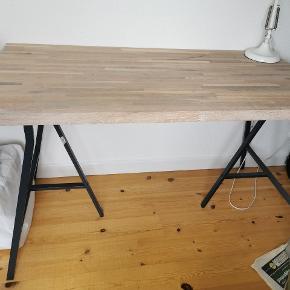 Jeg sælger mit skrivebord, som er af massiv træ, der medfølger bordben fra ikea.