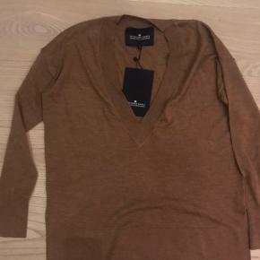 Rigtig fin trøje med dyb V som er flot med en blonde top under