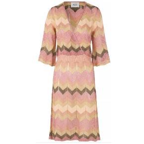 Sprit ny kjole fra Second Female sælges med mærke i str M. Bytter ikke.