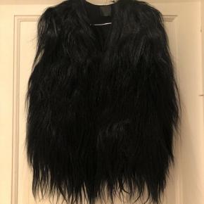 Skøn og super cool sort gede pels vest. Kun brugt få gange! Eksklusiv, smuk og skinnende pelsvest. Kommer fra et ikke-ryger hjem.  Se også alle mine andre annoncer!