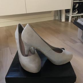 Stiletter. Helt nye lysegrå stiletter. Brugt én gang. Den originale bianco sko, som er god at gå i.