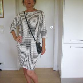 Lækker Sailor stribet kjole fra mærket Magasin. Velholdt bud fra 150pp + gebyr handler gerne mobilpaye sender med DAO