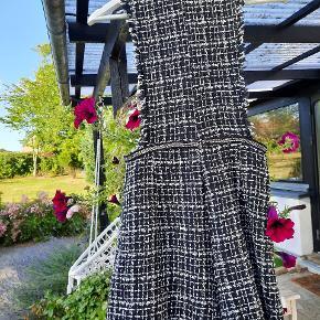 Lynlåsen kan drille lidt. Buksedragten ligner en kjole forfra men shorts bagpå. Læg mærke til de søde knapper foran og en fin kæde der sidder fast om livet 🌸