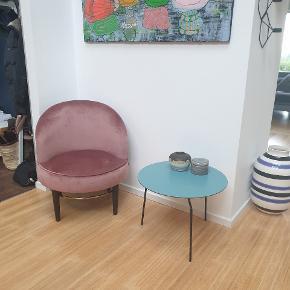 Club Loungestol fra Cozy Living. Stolen er ikke blevet siddet i, har blot pyntet og er derfor i smuk stand og ingen slidtage. Nypris: 2989,-