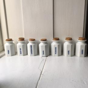 WEEKEND-tilbud   7 stk. porcelæn krydderikrukker med kork prop. Prisen er for dem alle. ▫️Peber ▫️Ingefær ▫️Kardemomme  ▫️Timian ▫️Rosmarin ▫️Kanel ▫️Karry