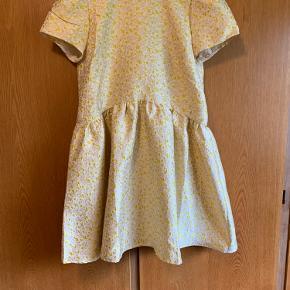 Så smuk kjole fra Neo Noir sælges!  Stadig med prismærke da den desværre ikke passede mig så godt!  Kan både bruges af M og XL også!  Kan stadig købes i butikkerne☺️