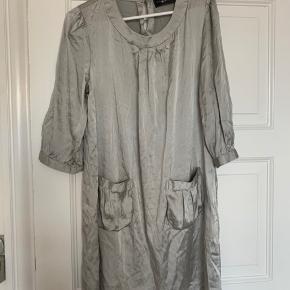 Virkelig flot silkekjole, kan også bruges af en medium for oversize fit. Spørg for flere billeder og byd gerne.  -Køber betaler fragt