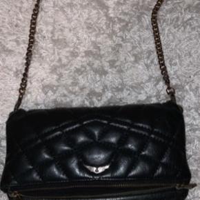 Sælger min elskede Zadig & Voltaire taske. Da jeg ikke dsv bruger den mere.  Den har faktisk ikke rigtig blevet brugt det sidste 1,5 år. Den har stadig mange gode år tilbage endnu. Modellen er udgået, så den er ikke til at få fat i i butikkerne.