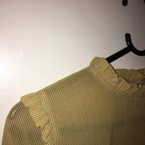 Neo noir, skjorte/bluse i en str. S, kan også passes af en Xs og M. Bytter IKKE, sender gerne flere billeder af varen. Prisen er ikke fast, så byd endelig. Mængde rabat gives hvis du er interreseret i at købe flere ting.