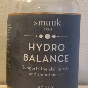 180 SMUUK Hydro Balance piller, hvor der er taget 22 styks. Så der er til 72 dage endnu.  Smuuk Skin HydroBalance er et kosttilskud der bidrager til at forbedre hudens kvalitet og sundhed ved at tilføre kollagen stimulerende vitamin samt koncentreret kollagen, der er en af hudens vigtigste byggesten og som styrker hudens struktur, elasticitet og fugtbalance indefra.  Derudover indeholder tabletterne Vitamin E der arbejder i synergi med vitamin C ved at beskytte huden mod oxidativ stress. Indholdet af Zink bidrager til at vedligeholde en normal hud.  Sælges for 350 kr.