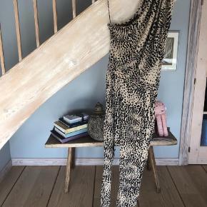 Varetype: Buksedragt Størrelse: 38 Farve: Brunlig, Leopard Oprindelig købspris: 3500 kr.  Lækreste buksedragt fra Heartmade i silke og spandex. Så behagelig at have på og super smuk! Kun brugt enkelte gange og fejler intet.